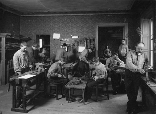 Lektion i slöjdsal, c:a 1900.