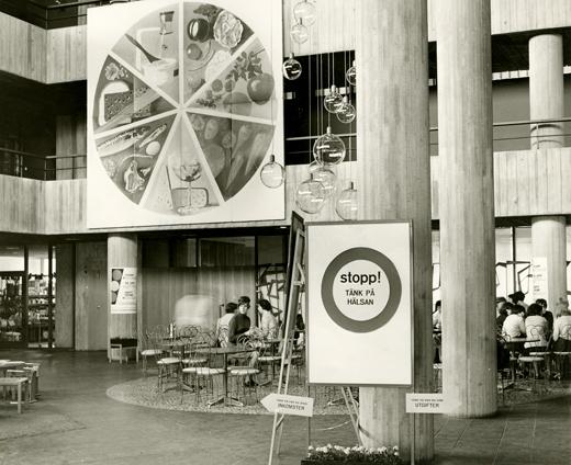 """Utställningen """"Stopp! Tänk på hälsan"""", 1966. Fotograf okänd."""