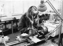 Yrkeslinjer, Kvinnlig elev vid fräsmaskinen. Foto: Sven Oredson